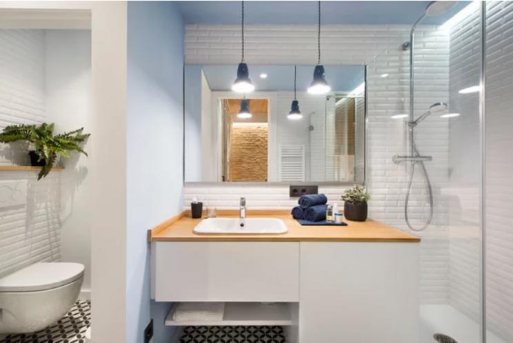 Cuatro baños pequeños reformados llenos de tendencias deco